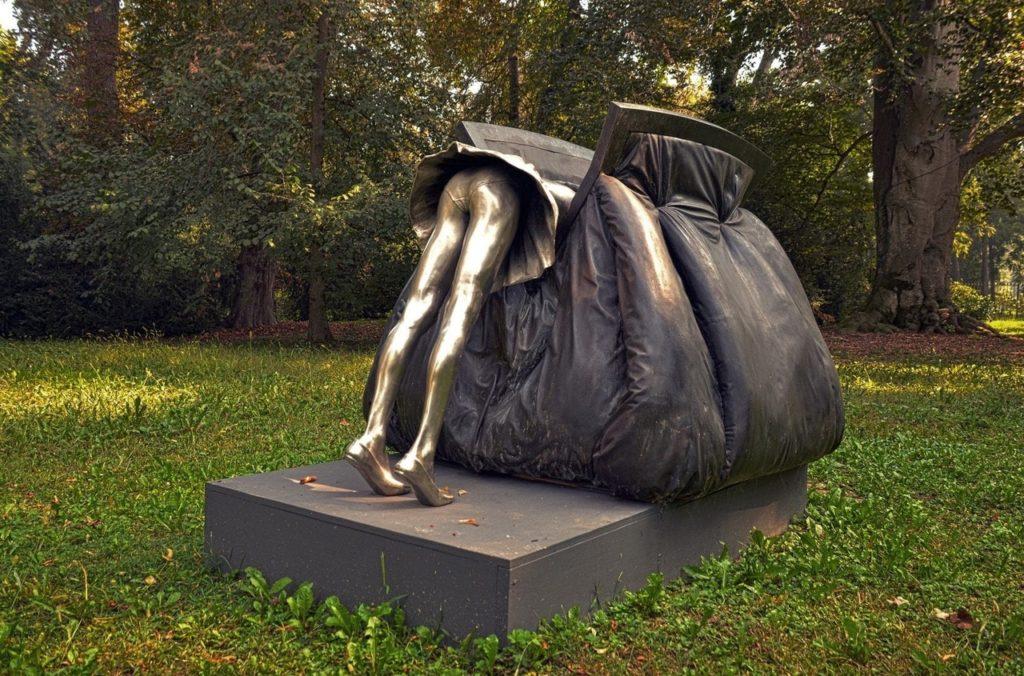 Памятник женской сумочке. Пьемонт, Италия.