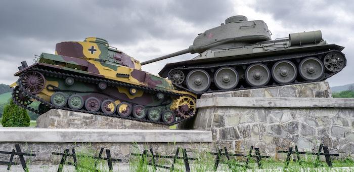 Памятник советским танкистам на месте боёв за Дуклинский перевал.