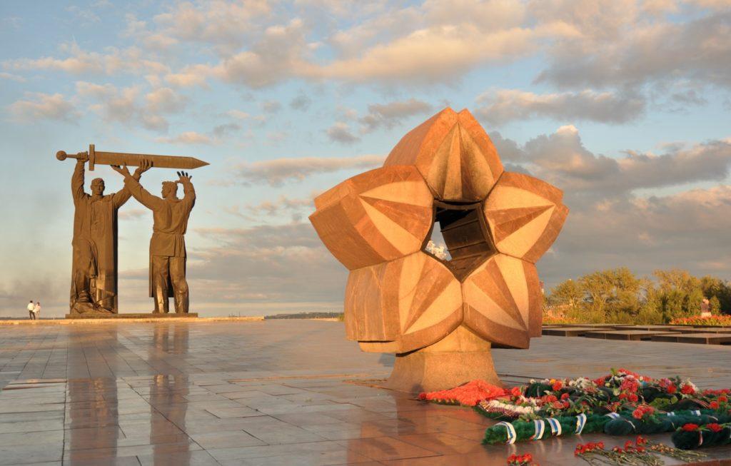 Монумент Тыл - фронту